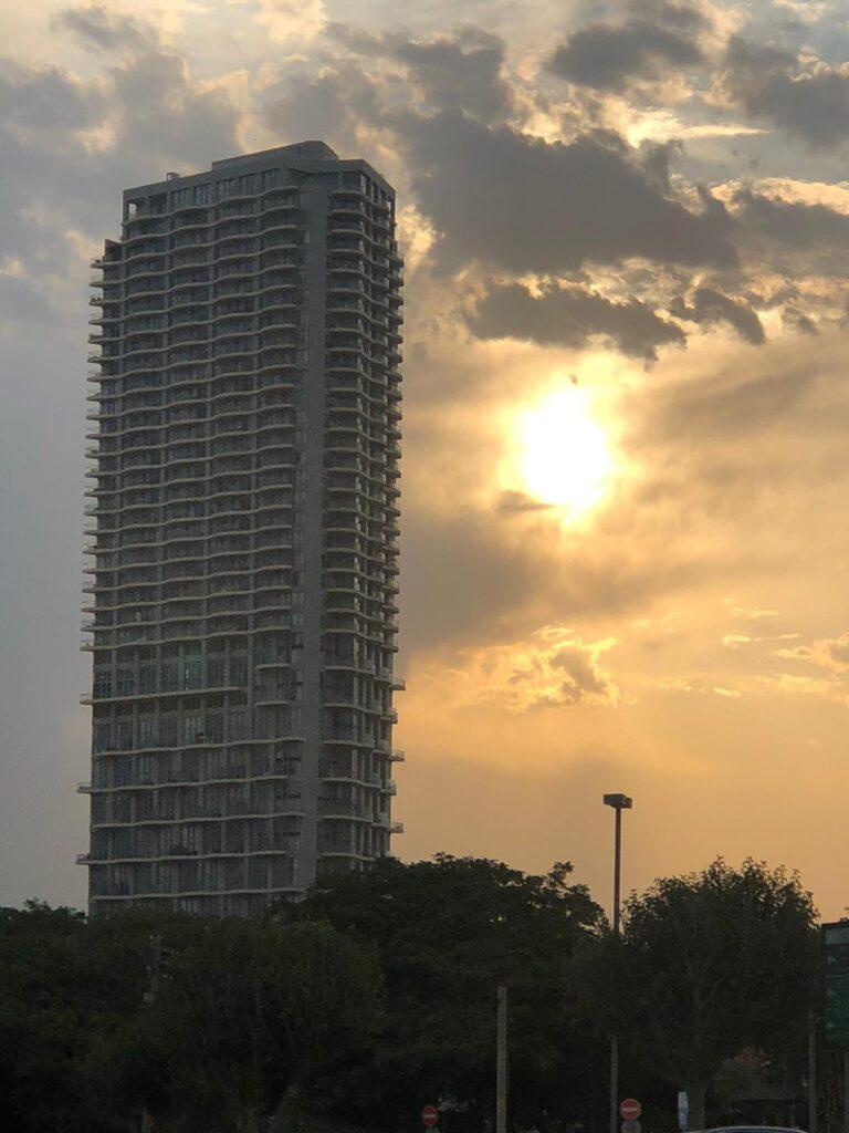 זריחה מאחורי בניין גבוה